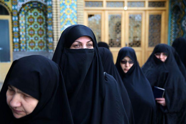Várias mulheres aguardam para votar em um colégio eleitoral.