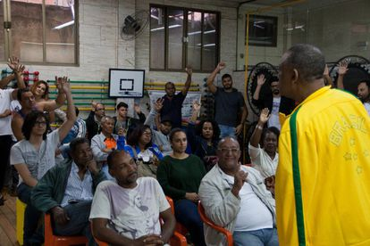 Celso percorre as favelas do Brasil mobilizando novos integrantes.