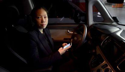 Jiyoung Hong, diretora da SoCar, mostra o aplicativo com o qual os carros alugados são desbloqueados.