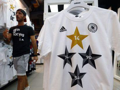 Camiseta da Adidas que comemora as quatro Copas conquistadas pela Alemanha.