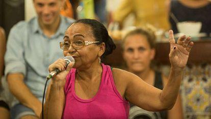 Dona Lindacy Menezes no debate na Garagem das Letras, dia 1º de fevereiro