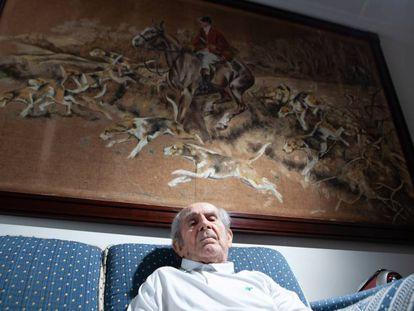 Araújo em frente ao seu quadro favorito, 'A caça às raposas'