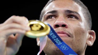 Tokyo 2020 Olympics - Boxing - Men's Middleweight - Medal Ceremony - Kokugikan Arena - Tokyo, Japan - August 7, 2021. Gold medallist Hebert Sousa of Brazil poses for photos. REUTERS/Ueslei Marcelino