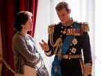 Claire Foy y Matt Smith, como Isabel II y el duque de Edimburgo en un instante del primer capítulo de la segunda temporada de 'The Crown'.