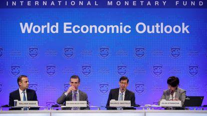 Economistas do FMI durante a apresentação das previsões