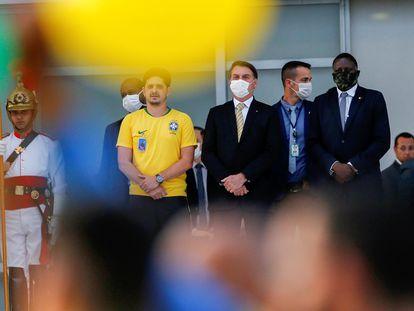 O presidente Jair Bolsonaro observa apoiadores da entrada do Palácio do Planalto, em Brasília, na sexta-feira, 15 de maio.
