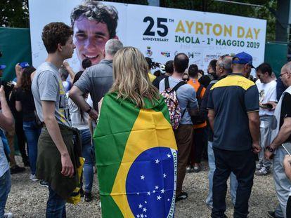 Fãs assinam pôster em homenagem a Ayrton Senna em Imola, na Itália, onde o piloto morreu há 25 anos. Local foi palco de homenagens nesta quarta.
