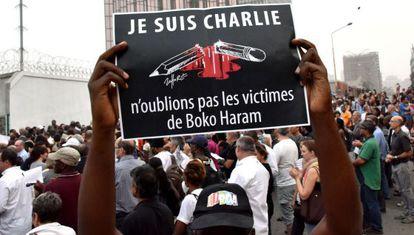 """Cartaz das manifestações em Paris: """"Eu sou Charlie. Não nos esqueçamos das vítimas de Boko Haram""""."""