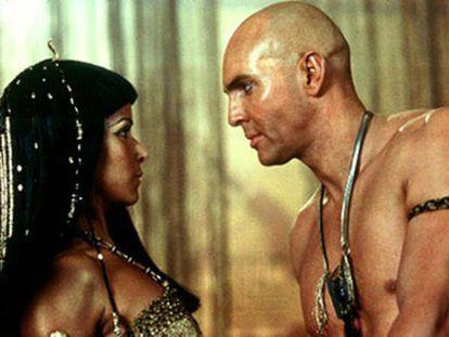 Uma cena apaixonada do filme <i>O Retorno da Múmia</i>, com a sedutora Anck-Su-Namum (Patricia Velásquez) e seu amante eterno, Imhotep (Arnold Vosloo).