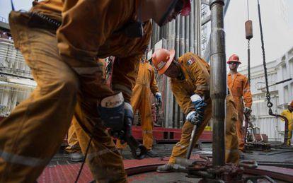 Trabalhadores em uma plataforma de Petróleo mexicana.