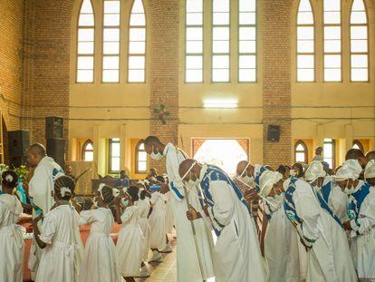 Primeira missa celebrada desde março na catedral de Notre Dame de Kinshasa, no Congo, neste domingo.