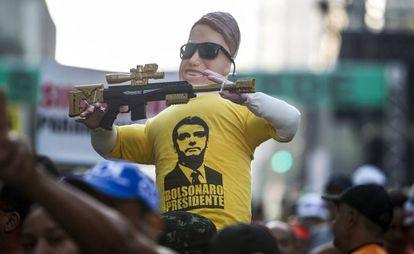 Boneco segura arma de brinquedo em São Paulo.