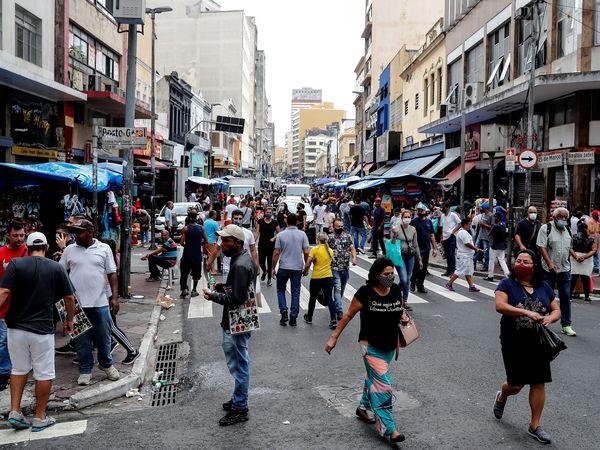 AME9779. SAO PAULO (BRASIL), 05/03/2021.- Decenas de personas caminan en una concurrida vía comercial, hoy en el centro de Sao Paulo (Brasil). La gobernación de Sao Paulo, el estado más poblado de Brasil y uno de los más afectados por la pandemia, anunció este miércoles el cierre a partir del sábado y durante dos semanas de todos los negocios, salvo los de primera necesidad, debido al grave repunte de casos y muertes por la COVID-19. EFE/ Sebastiao Moreira