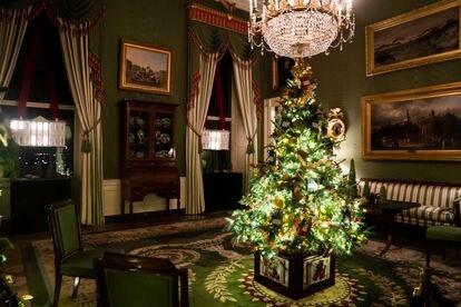 O Salão Verde com as novas cortinas que colocou Melania Trump, decorado neste Natal.  