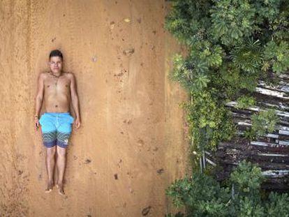 As comunidades da região amazônica do Brasil enfrentam desafios devido às atividades industriais agressivas, hoje incentivadas pelo novo Governo de Bolsonaro. Esta série apresenta cinco jovens líderes que defendem a floresta. Neste capítulo  Ednei, representante de 45 aldeias de 13 povos indígenas