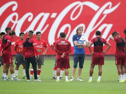 A seleção peruana de futebol, durante um treinamento.