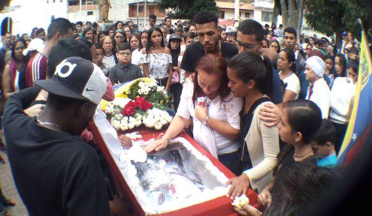 O velório de Nick Samuel Oropeza Borjas, de 19 anos, do bairro Macarao