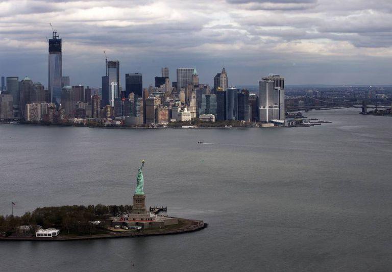 Estátua da Liberdade, com Manhattan ao fundo, em 2012, depois da passagem do furacão Sandy.