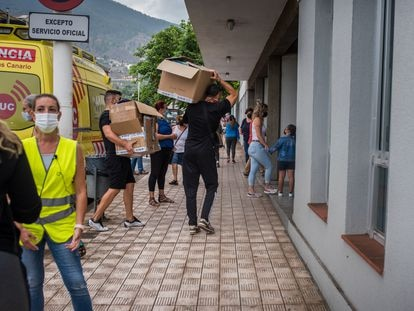 O ginásio de Los Llanos de Aridane, um dos pontos de distribuição de alimentos e roupas, na quarta-feira. Em vídeo, os momentos anteriores à destruição do bairro de Todoque pela lava.