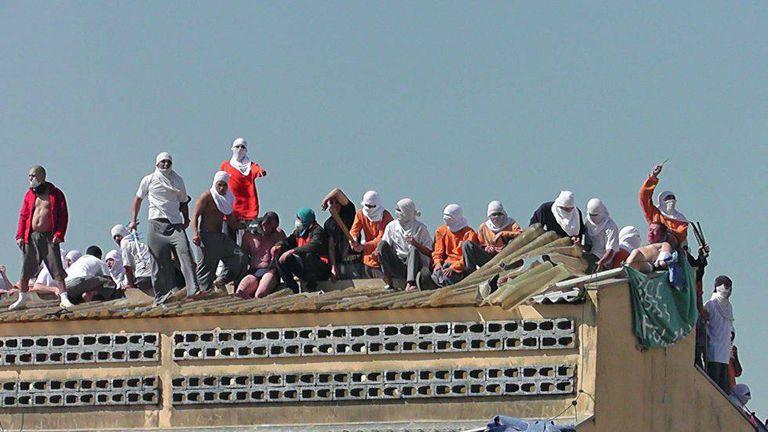 Imagem de arquivo mostra presos rebelados na penitenciária de Cascavel (PR), em 2014.