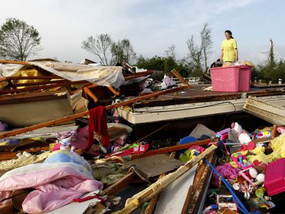 Teresa Ingram entre os escombros em Athens, Alabama.