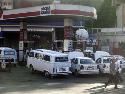 Carros abastecem em posto no Cairo depois do aumento da gasolina.