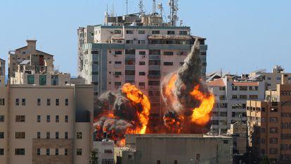 A aviação israelense derruba torre de 12 andares, sede da Associated Press e da Al Jazeera, neste sábado. No vídeo, o momento em que o edifício desaba.