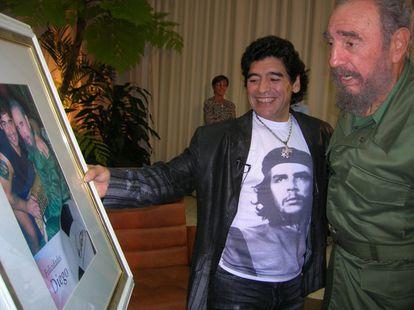 O jogador de futebol Diego Armando Maradona, no programa de televisão cubano 'La hora 10' com o então presidente Fidel Castro, em 2006.
