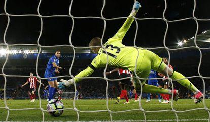 Slimani marca de pênalti o primeiro gol no Sunderland.