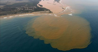Depois de 17 dias e 700 quilômetros percorridos, a lama liberada pelo rompimento da barragem da mineradora Samarco, controlada pela Vale e pela BHP, chega à foz do Rio Doce, na altura da cidade de Linhares (ES), em 21/11.