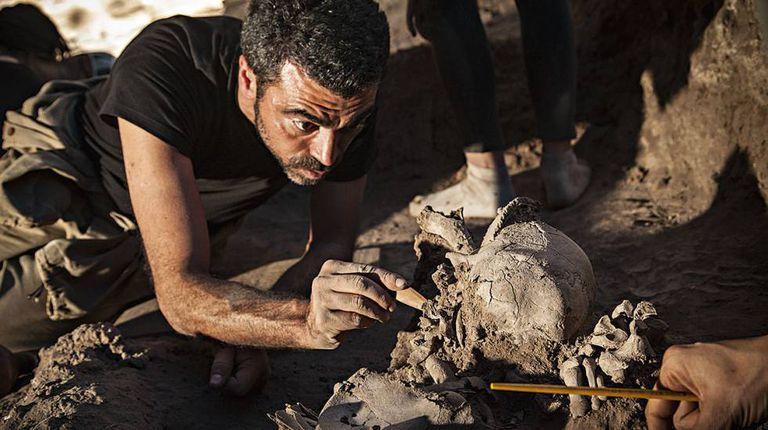 O arqueólogo Rodrigo de Oliveira na Lapa do Santo