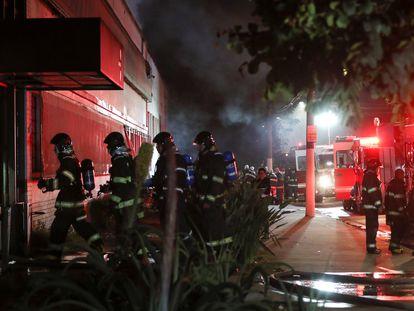 Bombeiros trabalham para conter incêndio no galpão da Cinemateca de São Paulo no dia 29 de julho.