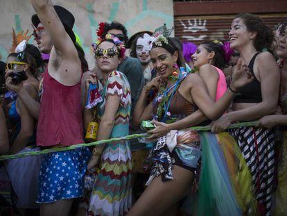 Foliões do bloco Céu na Terra, no sábado, no Rio.