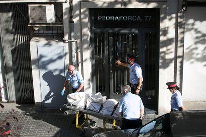 Momento em que é removido o corpo de uma mulher assassinada por seu par em Barcelona, em 2014.