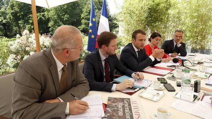 Emmanuel Macron concede sua primeira entrevista como presidente.