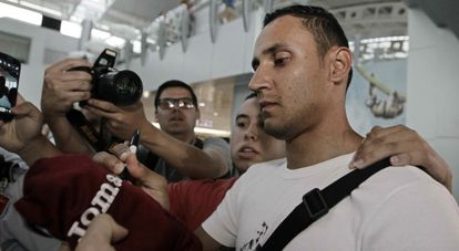 O novo goleiro do Real Madrid, Keylor Navas, dá autógrafos para fãs este domingo no aeroporto.