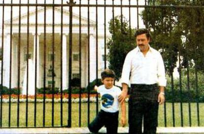 Pablo Escobar e seu filho Juan Pablo em frente a Casa Branca em Washington, em 1981.