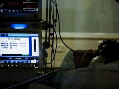 Um paciente na UTI do Hospital Emílio Ribas, em São Paulo.