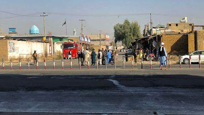 Membros do Talibã reunidos perto da mesquita xiita em Kandahar, onde as explosões ocorreram nesta sexta-feira.