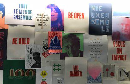 Uma das paredes do Facebook com cartazes desenhados pelos funcionários.