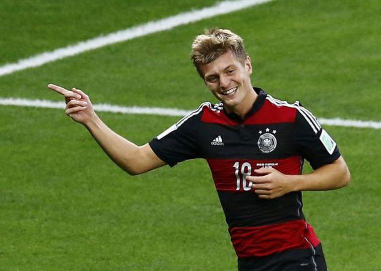 Kroos comemora um gol contra o Brasil.