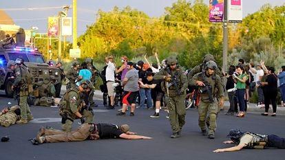 Polícia detém membros da suposta milícia após os disparos na manifestação de Albuquerque, no domingo.