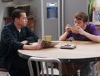 """""""Es mejor explicar, antes que adoptar una posición tajante"""", dicen los especialistas. En la imagen, Alan (Jon Cryer) y Jake (Angus T. Jones), padre e hijo en la serie 'Dos hombres y medio'."""