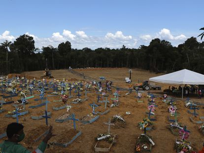 Novas covas no cemitério Nossa Senhora Aparecida em Manaus. Para dar conta da demanda foi usada uma retroescavadeira para realizar o sepultamento.