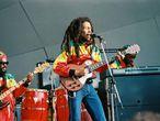 """<p><strong>Quién, dónde y cuándo.</strong> Bob Marley. 29 de junio de 1980. Madrid <strong><br />Por qué se canceló. </strong> El famoso 'Motín del Mosca', producido nueve días antes durante un concierto de Lou Reed llevó al gobernador civil de Madrid a <a href=""""https://elpais.com/elpais/2017/04/11/icon/1491925942_862332.html"""" target=""""_blank"""">denegar el permiso para la celebración del concierto de Bob Marley </a>el 29 de junio de 1980 en el Campo del Moscardó en Usera ante la """"posible alteración del orden público"""". <strong><br />Momento de máxima tensión.</strong> La decisión se tomó la mañana misma del recital y los fans, llegados de todos los puntos de España en una época en la que (oh) no había redes sociales ni teléfonos móviles, se enteraron a las puertas del recinto madrileño. El enfado fue considerable, pero no se repitió el caos que convirtió al concierto de Lou Reed en leyenda de la música en vivo en nuestro país. """"Si el Gobierno Civil de Madrid me deja, actuaré en Madrid"""", <a href=""""https://elpais.com/diario/1980/07/01/cultura/331250418_850215.html"""" target=""""_blank"""">llegó a decir el icono jamaicano</a>. Pero a pesar de los intentos de la organización, todos se quedaron con las ganas. En la imagen, Bob Marley durante un concierto en 1980.</p>"""