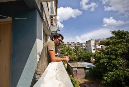 Yunior García, ator e dramaturgo cubano, observa na quinta-feira a rua do edifício onde vive em Havana.
