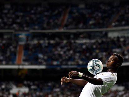 Vinicius mata a bola no peito na partida contra o Osasuna.