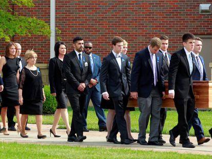 Familiares caminham atrás do caixão de Otto