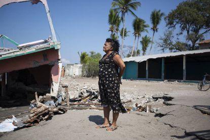 Alejandrina Calderón (70) contempla a mais recente de suas propriedades destruídas pelo mar.