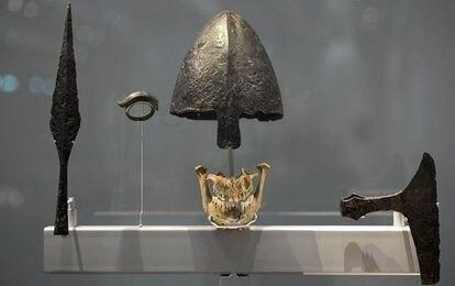 Armas e mandíbula vikings na exposição do British Museum dedicada aos antigos escandinavos.